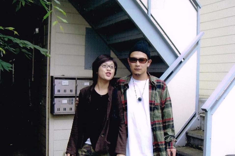 高井戸グリーングロウハウスの前で妻と