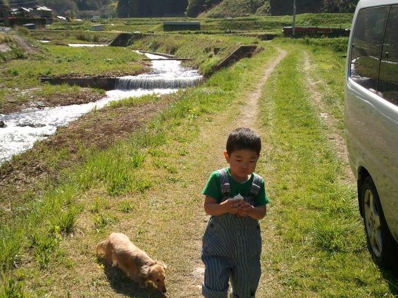 実家の田んぼ前にて子供とステップワゴン