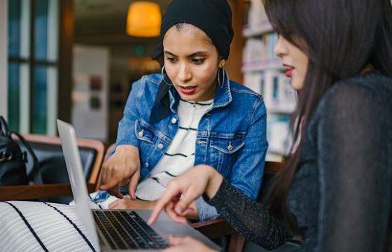 若い女性の職場、やり甲斐と仲間