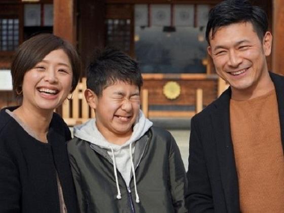 家族で神社の前、揃った写真