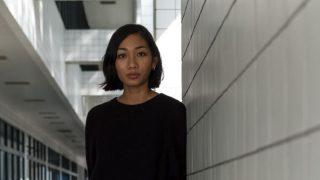 30代転職に悩む佇む女性